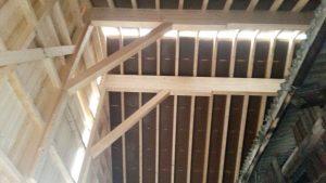 Massive Holzkonstruktion für Stalleinrichtung