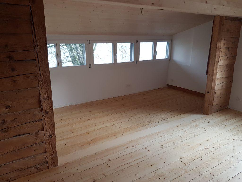 Altholzwände kombiniert mit neuen Fenstern und Wänden