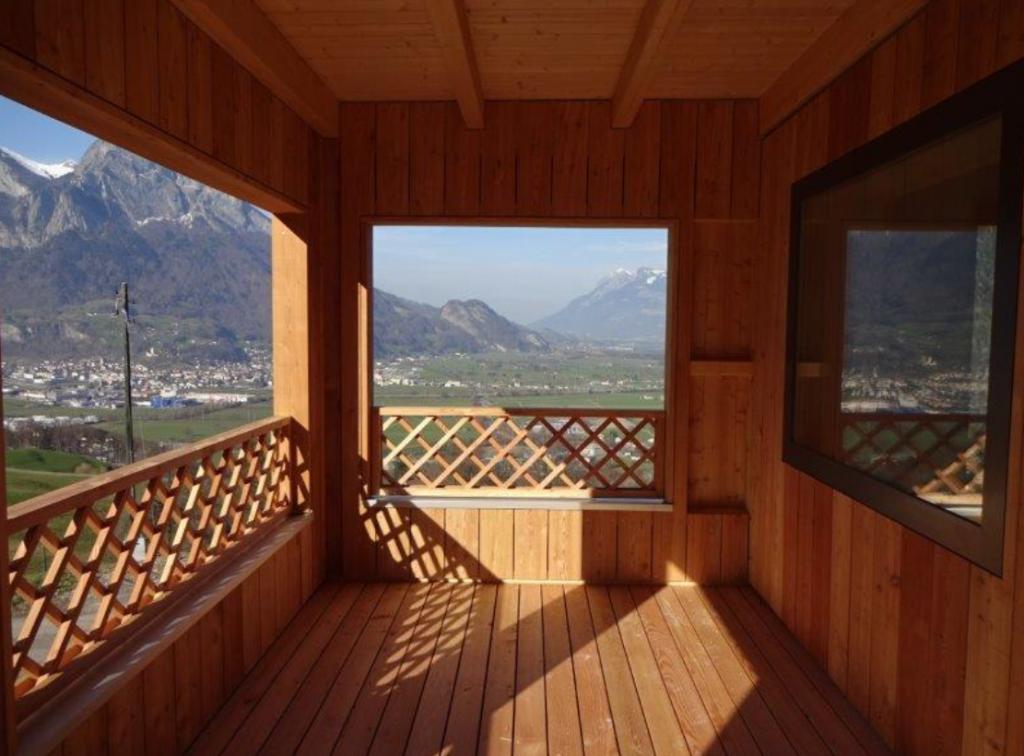 Holzhaus in Lärche mit Terrassen und Geländern in Holz