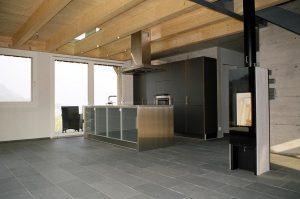 Massive Balkenkonstruktion kombiniert mit moderner Küche